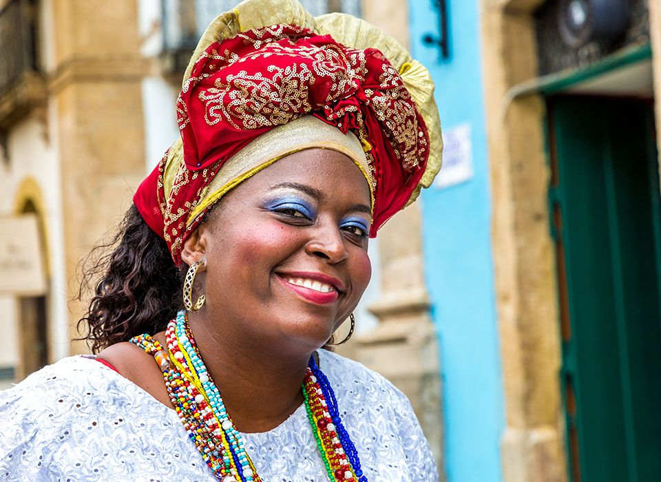 brasilien-salvador-de-bahia-einwohnerin-traditionelle-kleidung