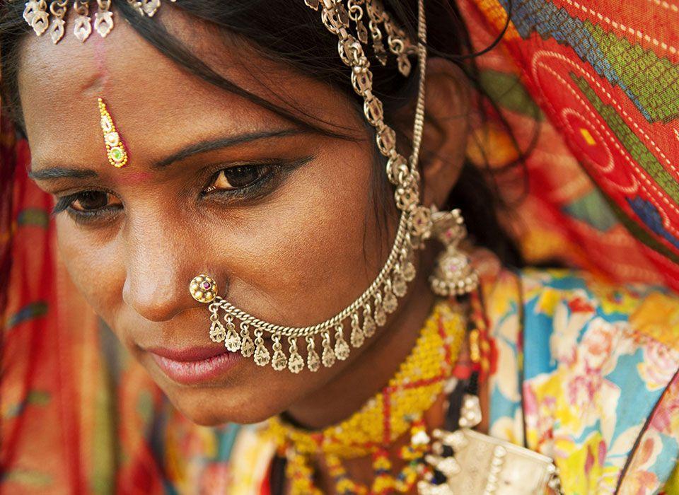 Indien: Frau mit schönem Goldschmuck und bunter Kleidung