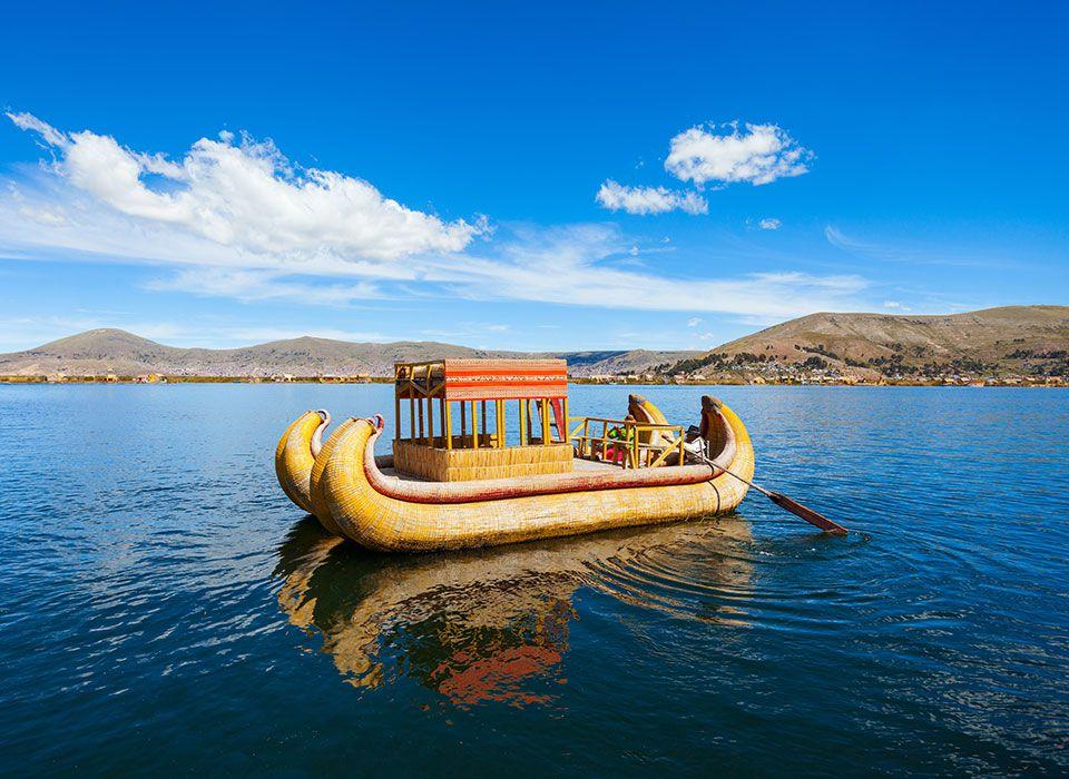 peru-titicaca-see-traditionelles-boot-der-uros-schwimmende-inseln