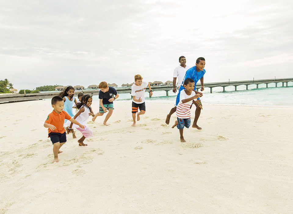COMO Maalifushi - Malediven - Thaa Atoll - Kinder beim spielen am Strand